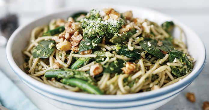 Spaghetti with spinach and asparagus pesto Easy Food