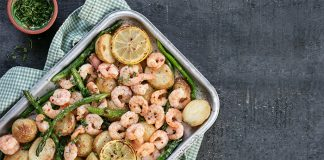 One-pan garlic prawns with potatoes and asparagus