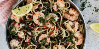 Sea spaghetti with chilli and garlic prawns