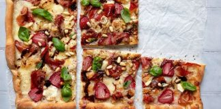 Strawberry, balsamic and goat's cheese pizza_keelings_easyfood