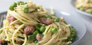 Quick pasta with bacon and peas